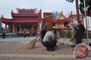 Polisi Bersihkan Tempat Ibadah