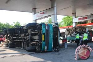 Kecelakaan Truk Tabrak SPBU