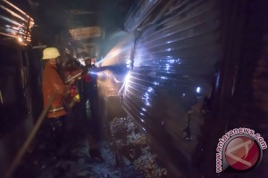 Puluhan kios Pasar Induk Kramat Jati terbakar