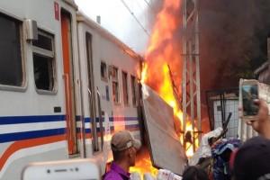 Mobil tabrak kereta, satu gerbong terbakar