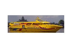 Petugas gabungan evakuasi 360 penumpang KM Express Bahari 9C