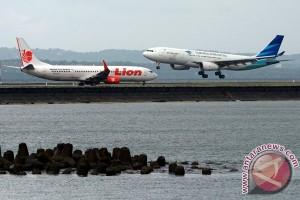 Omzet penjualan tiket pesawat turun 50 persen
