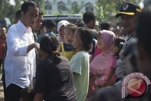 Warga Sukabumi berebut swafoto bersama Presiden Jokowi