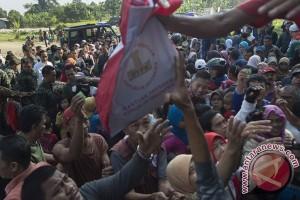 Jokowi saksikan pembagian paket sembako di kampungnya