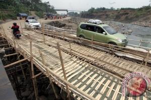 Lewati Jembatan Darurat Cipamingkis
