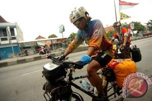 Pemudik bermotor mengular di jalur Pantura Karawang
