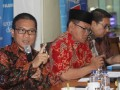 Wakil Ketua DPR Fadli Zon (kanan) bersama Sekjen Peradi Sugeng Teguh Santoso (tengah) dan Anggota Komisi II DPR Yandri Susanto (kiri) menjadi pembicara dalam diskusi polemik bertema 'Cemas Perppu Ormas' di Jakarta, Sabtu (15/7/2017). Diskusi tersebut membahas mengenai penerbitan Perppu Nomor 2 Tahun 2017 atas UU Nomor 17 Tahun 2013 tentang Oganisasi Kemasyarakatan (Ormas). (ANTARA /Reno Esnir)