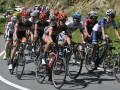 Sejumlah pebalap melintasi tikungan pada Etape 2 Balap Sepeda Tour de Flores (TDF) 2017 di Kabupaten Sikka, NTT, Sabtu (15/7/2017). Etape 2 balap sepeda tersebut diikuti 79 pebalap dengan menempuh rute Maumere-Ende dan jarak 142,8 Km. (ANTARA/Nyoman Budhiana)