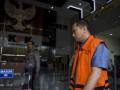 Direktur PT Statika Mitra Sarana, Jhoni Wijaya (kanan) bersiap menjalani pemeriksaan di gedung KPK, Jakarta, Senin (17/7/2017). Jhony Wijaya diperiksa KPK sebagai saksi dalam kasus suap Gubernur Bengkulu terkait proyek-proyek di lingkungan Pemerintah Provinsi Bengkulu Tahun Anggaran 2017 dengan tersangka istri Gubernur Bengkulu Lily Martiani Maddari. (ANTARA /Hafidz Mubarak A)