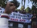 Warga mengepalkan tangan saat digelar aksi bersama membubuhkan tanda tangan menolak hak angket DPR terhadap KPK di Taman Bungkul, Surabaya, Jawa Timur, Senin (17/7/2017). Aksi membubuhkan tanda tanda tangan tersebut merupakan bentuk penolakan hak angket DPR terhadap KPK dan dukungan terhadap KPK dalam memberantas korupsi di Indonesia. (ANTARA/Zabur Karuru)