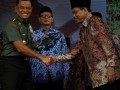 Panglima TNI Jenderal Gatot Nurmantyo (kiri) disaksikan Gubernur Banten Wahidin Halim (tengah) menerima cendera mata dari Rektor UIN Banten Fauzul Iman (kanan) usai memberi paparan tentang dasar negara Pancasila dan UUD 1945 di Serang, Senin (17/7/2017). Panglima TNI mengajak kaum cendikia, mahasiswa serta civitas akademi lainya untuk mendedikasikan hidup untuk mempertahankan kesatuan NKRI beradasarkan Pancasila dan UUD 1945 serta menjauhi faham radikal. (ANTARA /Asep Fathulrahman)