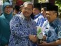 "Gubernur Jabar Ahmad Heryawan (tengah) memberikan penghargaan kepada sejumlah perwakilan pemerintahan kabupaten dan kota yang telah berjasa untuk lingkungan pada peringatan Hari Lingkungan Hidup se-Dunia di halaman Gedung Sate Bandung, Jawa Barat, Senin (17/7/2017). Acara yang mengangkat tema ""Menyatu dengan Alam"" tersebut bertujuan untuk mengajak seluruh masyarakat berperan aktif dalam perlindungan dan pengelolaan lingkungan hidup. (ANTARA /Agus Bebeng)"