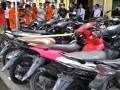 Sejumlah tersangka diperlihatkan beserta barang bukti ketika gelar kasus pencurian kendaraan bermotor (curanmor) di Polres Palu, Sulawesi Tengah, Senin (17/7/2017). Satuan Reserse kriminal Polres Palu berhasil menangkap 13 pelaku curanmor termasuk lima diantaranya penadah yang beroperasi di wilayah kota Palu, dan mengamankan sebanyak 17 barang bukti motor dalam dua bulan terakhir. (ANTARA /Fiqman Sunandar)