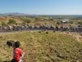Seorang anak menyaksikan para pebalap melintasi bukit pada Etape 4 Balap Sepeda Tour de Flores (TDF) 2017 di Mbay, NTT, Senin (17/7/2017). Etape 4 balap sepeda TDF 2017 diikuti 67 pebalap dengan menempuh rute Mbay-Borong yang jaraknya 170,9 Km. (ANTARA/Nyoman Budhiana)