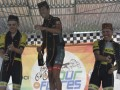 Spanyol Edgar Nohales Nieto (tengah) bersama pebalap Inggris Daniel Whitehouse (kiri) dan pebalap Australia Samuel Volkers mengenakan peci dan selendang khas Manggarai Timur setelah memenangkan Etape 4 Balap Sepeda Tour de Flores (TDF) 2017 di Borong, NTT, Senin (17/7/2017). Etape 4 balap sepeda TDF 2017 yang berjarak tempuh 170,9 Km rute Mbay-Borong ditempuh Edgar Nohales Nieto dengan catatan waktu 04:47:29 disusul Daniel Whitehouse dan Samuel Volkers. (ANTARA/Nyoman Budhiana)