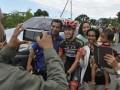 Sejumlah warga Manggarai Timur berfoto bersama pebalap asal Spanyol Edgar Nohales Nieto (tengah) setelah memenangkan Etape 4 Balap Sepeda Tour de Flores (TDF) 2017 di Borong, NTT, Senin (17/7/2017). Etape 4 balap sepeda TDF 2017 yang berjarak tempuh 170,9 Km rute Mbay-Borong ditempuh Edgar Nohales Nieto dengan catatan waktu 04:47:29. (ANTARA/Nyoman Budhiana)