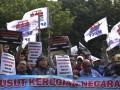 Sejumlah pekerja yang tergabung dalam Serikat Pekerja Jakarta International Container Terminal (SP JICT) berunjuk rasa di depan gedung KPK, Jakarta, Senin (17/7/2017). Dalam aksinya mereka meminta KPK mengusut dugaan korupsi dalam perpanjangan kontrak aset strategis nasional JICT dari hasil audit investigatif BPK. (ANTARA /Hafidz Mubarak A)