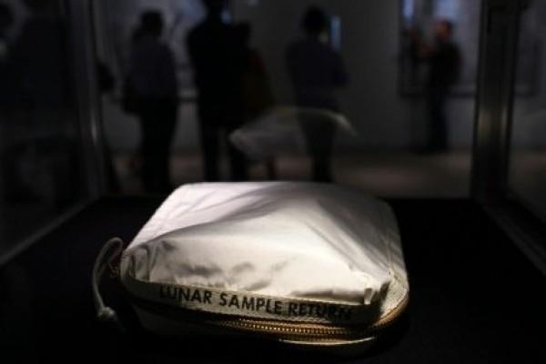 Nyaris dibuang, tas Neil Armstrong laku Rp23,9 miliar