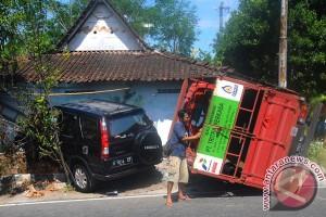 Kecelakaan Mobil Dan Truk