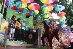 Jembatan kaca mahasiswa percantik kampung di Malang