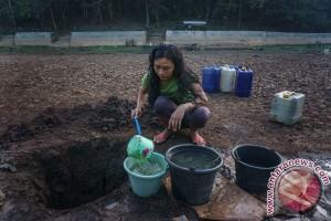 Kekeringan, Kepolisian ikut bantu distribusi air bersih di Pulau Semau