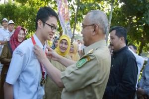 Dean Fanggohans harumkan indonesia lewat kimia