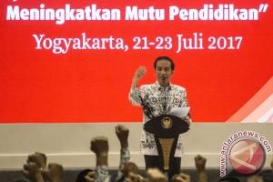 Jokowi menyalami peserta Rakor Pimpinan Nasional PGRI