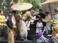 Gubernur Jawa Tengah Ganjar Pranowo mencukur anak gembel dalam acara puncak Dieng Culture Festival 2017, di Banjarnegara, Jawa Tengah, Minggu (6/8/2017). (ANTARA News/Anom Prihantoro)