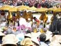 Sejumlah anak lokal Dieng, anak gembel, duduk dalam rangkaian prosesi Cukur Anak Gembel sebagai acara puncak Dieng Culture Festival 2017 di kawasan Candi Arjuna, Banjarnegara, Jawa Tengah, Minggu (6/8/2017). (ANTARA News/Anom Prihantoro)