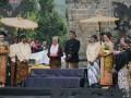 Prosesi cukur anak gembel sebagai acara puncak Dieng Culture Festival 2017 di kawasan Candi Arjuna, Banjarnegara, Jawa Tengah, Minggu (6/8/2017). (ANTARA News/Anom Prihantoro)