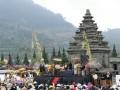 Prosesi cukur rambut anak gembel sebagai acara puncak dalam rangkaian Dieng Culture Festival 2017 di kawasan Candi Arjuna, Banjarnegara, Jawa Tengah, Minggu (6/8/2017). (ANTARA News/Anom Prihantoro)
