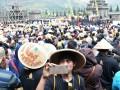 Pengunjung Dieng Culture Festival 2017 memadati kawasan Candi Arjuna, Banjarnegara, Jawa Tengah, pada Minggu (6/8/2017), untuk mengikuti proses cukur anak gembel. (ANTARA News/Anom Prihantoro)