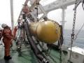 Teknisi Kapal Geomarin melakukan uji coba peralatan suvei yang digunakakan untuk pengambilan data geologi dan geofisika kelautan di perairan Selat Sunda, Minggu (6/8/2017). Uji coba ini merupakan persiapan pelaksanaan penelitian identifikasi cekungan sedimenter untuk mendukung penyiapan wilayah kerja minyak dan gas bumi (Migas) Perairan Arafura, Papua dan Ocean Thermal Energy Conversion (OTEC) di perairan Lembata Nusa Tenggara Timur. (ANTARAFOTO/Yulius Satria Wijaya)