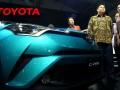 Menteri Perindustrian Airlangga Hartarto (kedua kanan) didampingi Presiden Direktur PT. Toyota Astra Motor Yoshihiro Nakata (kiri) dan Wakil Presiden Henry Tanoto (kanan) saat meninjau mobil keluaran baru Toyota C- HR pada GIIAS 2017 di Indonesia Convention Exebition (ICE) Serpong, Tangerang, Banten, Kamis (10/8/2017). Mobil C-HR merupakan SUV berkarakter crossover terbaru Toyota berteknologi Hybrid yang segera dipasarkan di Indonesia. (ANTARA /Muhammad Iqbal)