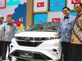 Wakil Presiden Jusuf Kalla (kedua kiri) didampingi Menteri Perindustrian Airlangga Hartarto (kedua kanan), Vice President Director PT Astra Daihatsu Motor Sudirman MR(kiri) dan President Director PT Astra Daihatsu Motor Tsuneo Itagaki (kanan) berfoto di samping mobil konsep Daihatsu DN Multisix ketika mengunjungi Gaikindo Indonesia International Auto Show (GIIAS) 2017 di ICE BSD City, Tangerang, Jumat (11/8/2017). (ANTARA FOTO/HO/Bodi)