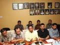 Sekretaris Jenderal DPP Partai Golkar, Idrus Marham (tengah), didampingi sejumlah politisi Partai Golkar memberikan keterangan kepada wartawan mengenai sikap Partai Golkar terkait Pilpres 2019, di Jakarta, Jumat (11/8/2017). Idrus kembali menekankan bahwa partainya tetap pada keputusan untuk mengusung Joko Widodo sebagai bakal calon presiden pada Pilpres 2019. (ANTARA /Rivan Awal Lingga)