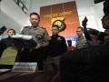 Kapolda Jambi Brigjen Pol Priyo Widyanto (kiri) didampingi petugas terkait menunjukkan barang bukti narkoba jenis sabu-sabu berikut tersangka pelaku saat rilis kasus di Polda Jambi, Jambi, Jumat (11/8/2017). Kepolisian setempat menangkap dua orang yang merupakan ibu dan anak, tersangka kurir pembawa paket sabu-sabu seberat 3,2 kilogram di Jalan Lintas Timur Sumatra, Tanjungjabung Barat, dalam perjalanan dari Aceh menuju Jambi. (ANTARA /Wahdi Septiawan)