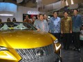 Wakil Presiden Jusuf Kalla (tengah) didampingi Menteri Perindustrian Airlanggga Hartarto (ketiga kanan), General Manager Lexus Indonesia Adrian Tirtadjaja (kedua kanan) dan Lexus Indonesia Principal Yoshihiro Nakata (kanan) meninjau stan Lexus pada Pameran Mobil, GIIAS 2017, di Indonesia Convention Exhibition (ICE), BSD City, Tangerang, Banten, Jumat (11/8/2017). Dalam pameran tersebut Lexus Indonesia menampilkan mobil Premium terbaru yaitu New LS 500 dan The New NX 300. (ANTARA /HO/Bens)