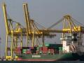 Kapal barang bersandar di Terminal Petikemas (TPK) Tanjung Emas, Semarang, Jawa Tengah, Jumat (11/8/2017). Berdasarkan data TPK Semarang, per Juli 2017 kunjungan kapal barang mencapai 462 kapal atau naik 11 persen dibanding periode Juli 2016, dan arus peti kemas dalam satuan TEUs (Twenty-foot Equivalent Units) mencapai 367.867 TEUs atau naik 2,3 persen dibanding periode yang sama tahun lalu. (ANTARA /Aji Styawan)