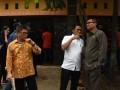 """Ketua Pansus Hak Angket KPK Agun Gunandjar (kanan) berbincang dengan anggota Pansus Misbakhun (tengah) disaksikan Wakil Ketua Pansus Teuku Taufiqulhadi (kiri) seusai meninjau kondisi rumah aman atau """"Safe House"""" KPK di Cipayung, Depok, Jawa Barat, Jum'at (11/8/2017). """"Safe House"""" tersebut ditujukan untuk memberi perlindungan bagi saksi kasus korupsi yang ditangani KPK. (ANTARA /Indrianto Eko Suwarso)"""