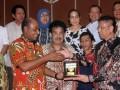 Wakil Ketua Komisi VII DPR Mulyadi (kanan) memberikan cendera mata kepada Wakil gubernur Papua Barat Muhammad Lakotani (kiri) seusai mengikuti rapat dengan perwakilan BPH Migas, SKK Migas, PT Pertamina, PT PLN dan Pemda setempat, di Kabupaten Sorong, Papua Barat, Jumat (11/8/2017). DPR melakukan rapat dengar dengan pemerintah daerah Provinsi Papua Barat guna mengetahui kendala serta penerapan BBM satu harga yang telah dilaksanakan PT Pertamina. (ANTARA/Olha Mulalinda)
