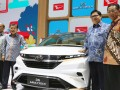 Wakil Presiden Jusuf Kalla (kedua kiri) didampingi Menteri Perindustrian Airlangga Hartarto (kedua kanan), Vice President Director PT Astra Daihatsu Motor Sudirman MR(kiri) dan President Director PT Astra Daihatsu Motor Tsuneo Itagaki (kanan) berfoto di samping mobil konsep Daihatsu DN Multisix ketika mengunjungi Gaikindo Indonesia International Auto Show (GIIAS) 2017 di ICE BSD City, Tangerang, Jumat (11/8/2017). (ANTARA /HO/Bodi)