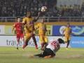 Pesepak bola Sriwijaya FC Hilton Moreira (kedua kiri) berebut bola dengan penjaga gawang Semen Padang FC Jandia Eka Putra (bawah) pada pertandingan Gojek Traveloka Liga 1 di Stadion Gelora Sriwijaya Jakabaring (GSJ), Jakabaring Sport City (JSC), Palembang, Sumatra Selatan, Jumat (11/8/2017). Pertandingan berakhir imbang 0-0. (ANTARA FOTO/Nova Wahyudi)