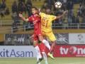 Pesepak bola Sriwijaya FC Yohanis Nabar (kanan) berebut bola dengan pesepak bola Semen Padang FC Hengki Ardiles (kiri) pada pertandingan Gojek Traveloka Liga 1 di Stadion Gelora Sriwijaya Jakabaring (GSJ), Jakabaring Sport City (JSC), Palembang, Sumatra Selatan, Jumat (11/8/2017). Pertandingan berakhir imbang 0-0. (ANTARA FOTO/Nova Wahyudi)