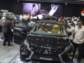 Sejumlah pengunjung memperhatikan mobi keluarga serbaguna (multi purpose vehicle/MPV), Mitsubishi Xpander dalam pameran Gaikindo Indonesia International Auto Show (GIIAS) 2017, ICE-BSD City, Tangerang, Banten, Rabu (16/8/2017). Kendaraan keluarga yang menjadi perhatian pengunjung otomotif bertaraf internasional itu telah mengumpulkan 1.427 surat pemesanan kendaraan (SPK) sejak ajang itu dibuka. (ANTARA /Saptono)