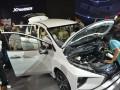 Sejumlah pengunjung memperhatikan mobi keluarga serbaguna (multi purpose vehicle/MPV), Mitsubishi Xpander dalam pameran Gaikindo Indonesia International Auto Show (GIIAS) 2017, ICE-BSD City, Tangerang, Banten, Rabu (16/8/2017). Kendaraan keluarga yang menjadi perhatian pengunjung otomotif bertaraf internasional itu telah mengumpulkan 1.427 surat pemesanan kendaraan (SPK) sejak ajang itu dibuka. (ANTARA/Saptono)
