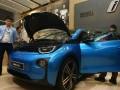 Pengunjung melihat lebih dekat mobil Listrik BMW i3 seusai di perkenalkan kepada pengunjung diacara Gaikindo Indonesia Internasional Auto Show (GIIAS) di ICE Serpong, Tangerang, Banten, Jumat (18/8/2017). BMW Group Indonesia siap menghadirkan mobil plug-in hybrid electric Vehicle (PHEV) atau mobil listrik di Indonesia seandainya regulasi tentang mobil listrik diterapkan di Indonesia. (ANTARA /Muhammad Iqbal)
