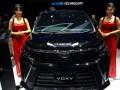 Dua perempuan berpose di samping mobil Toyota All New Voxy terbaru pada ajang GIIAS 2017 di ICE Serpong, Tangerang, Banten, Jumat (18/8/2017). All New Voxy yang diluncurkan pada ajang tersebut dibekali mesin 3ZR-FAE 2.000cc empat silinder dengan teknologi Valvematic, bertenaga 158 PS di 6.200 rpm, torsi 196 Nm di 1956 rpm dan dijual Rp446 juta (on the road Jakarta). (ANTARA /Muhammad Iqbal)