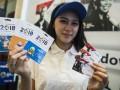 Model menunjukan kartu 'e-money' edisi Legenda Olahraga dan Maskot Asian Games 2018 saat pembukaan Asian Games - Goifex Expo 2017 di Jakarta Convention Center, Jakarta, Sabtu (19/8/2017). Bank Mandiri menghadirkan kartu e-money edisi khusus Legenda olahraga dan Maskot Asian Games 2018 sebagai apresiasi atas sumbangsih pahlawan olahraga nasional dan dukungan pada pelaksanaan Asian Games 2018 di Jakarta - Palembang dengan penerbitan terbatas yakni 1.000 keping untuk edisi legenda dan 40.000 untuk edisi maskot Asian Games. (ANTARA/M Agung Rajasa)