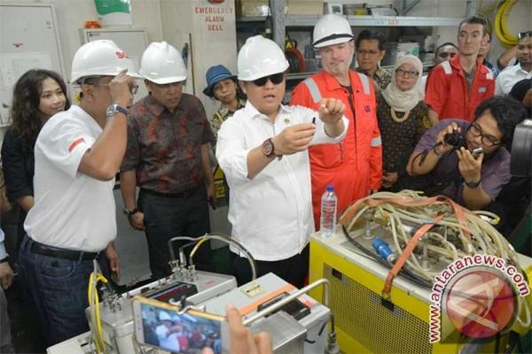 Kabel bawah laut proyek broadband Palapa Ring Barat digelar